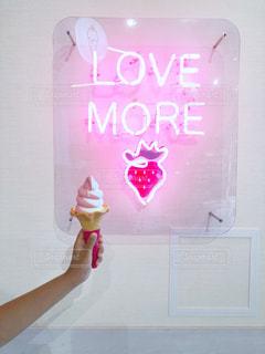 カフェ,文字,ピンク,イラスト,白,かわいい,手,ネオン,ライト,おやつ,壁,ソフトクリーム,店内,道の駅,電飾,おしゃれ,ファンシー,インスタ映え,伊豆いちごファクトリー