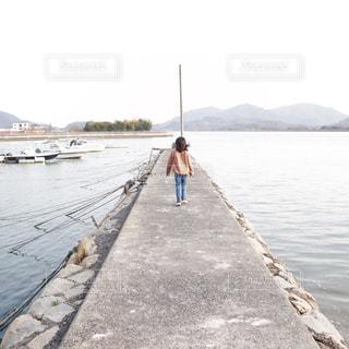 海,空,屋外,後ろ姿,船,山,女の子,背中,人,後姿,港,瀬戸内海,港町