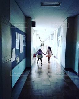 2人,後ろ姿,廊下,子供,女の子,後姿,学校,学校生活