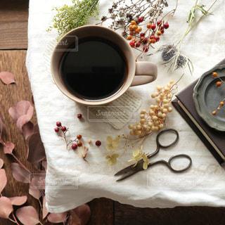 テーブルの上にドライフラワーとコーヒーの写真・画像素材[2143409]