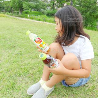 ペットボトル飲料を2本持っている女の子のクローズアップの写真・画像素材[2214987]