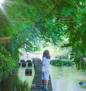川の隣に立っている人の写真・画像素材[2264682]
