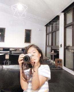 カフェ,カメラ,自撮り,夜,ボーダー,室内,窓,女の子,楽しい,椅子,テーブル,セルフィー,Tシャツ,照明,店内,一眼レフ,ペンダントライト