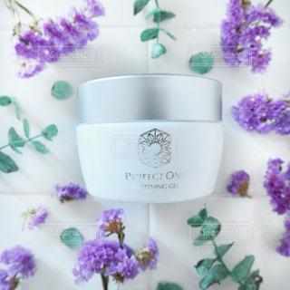 紫色の花とコスメ、パーフェクトワンのクローズアップの写真・画像素材[2357460]