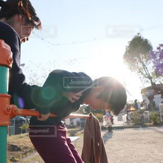 母と息子、公園で鉄棒の練習の写真・画像素材[2367115]