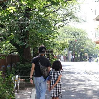 歩道を歩く親子の写真・画像素材[2367145]