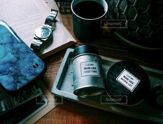 コーヒー,ヘアスタイル,本,腕時計,スマホ,古書,シンプル,スマートフォン,洋書,メンズヘア,ビンテージ感,ギャツビー,インサイドロック