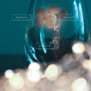 ガラス瓶に入ったドライフラワーの写真・画像素材[2477602]