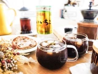 皿の上に食べ物の皿をトッピングした木製のテーブルといいちコーヒーの写真・画像素材[2738759]