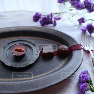 紫色の花とバレンタインのチョコレートの写真・画像素材[2938066]