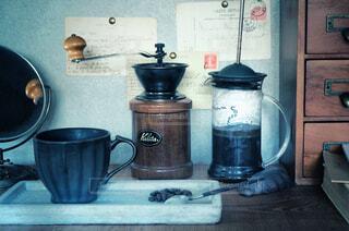 カフェ,コーヒー,キッチン,リラックス,マグカップ,食器,カップ,おうちカフェ,ドリンク,おうち,ライフスタイル,電化製品,蓋,ポット,ケトル,ボウル,台所用品,おうち時間,水差し,シリンダー,家庭電化製品,廃棄物容器
