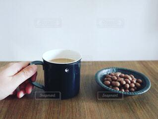 テーブルの上にコーヒーを一杯入れるの写真・画像素材[4291643]