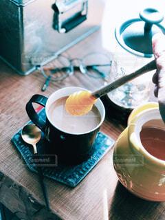 テーブルの上にコーヒーを一杯入れるの写真・画像素材[4299914]