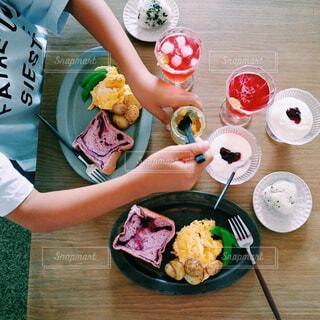 食べ物,カフェ,テーブル,皿,人物,リラックス,人,食器,おうちカフェ,ドリンク,おうち,ライフスタイル,ファストフード,スナック,おうち時間