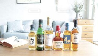 インテリア,屋内,部屋,テーブル,ワイン,ボトル,ビール,ガラス瓶,ウイスキー,ドリンク,アルコール,サントリー,ハーフボトル