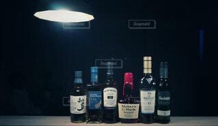 ウイスキー,カウンター,サントリー,ペンダントライト,ハーフボトル