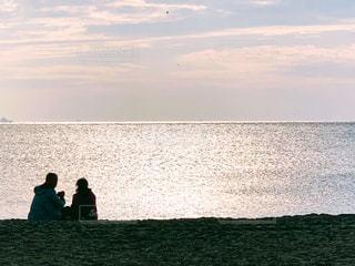 海辺で休む夫婦の写真・画像素材[1600156]
