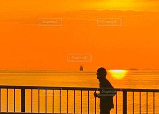 日没の前に立っている男の写真・画像素材[1695034]