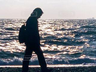 浜辺を歩く男性の写真・画像素材[1695115]