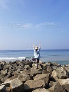 海に向かって木のポーズ!の写真・画像素材[1686545]