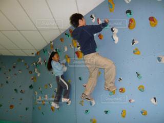 ボルダリングをする子供の写真・画像素材[1506700]