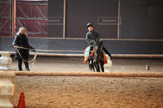 乗馬クラブで馬(ポニー)に乗る男の子の写真・画像素材[1506822]