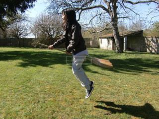 ほうきで飛んでる女の子の写真・画像素材[1506872]