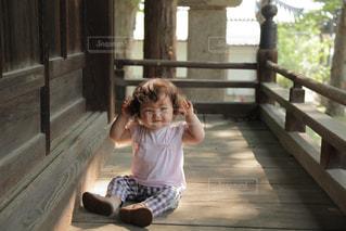 神社の境内でヘアスタイルを気にする赤ちゃん😁の写真・画像素材[1507910]