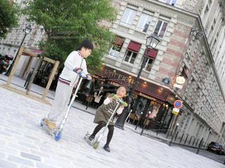 広場でキックボードをする兄妹の写真・画像素材[1508653]