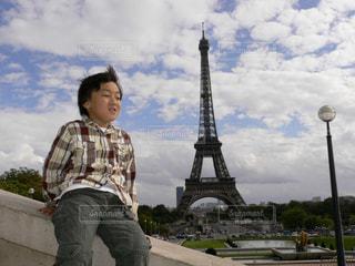 風景,公園,屋外,雲,子供,人物,人,エッフェル塔,少年,男の子,秋空,パリの空の下