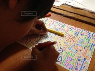 床で絵を描く男の子の写真・画像素材[1540638]