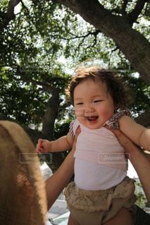 「タカイタカーイ」で笑顔の赤ちゃんの写真・画像素材[1615654]