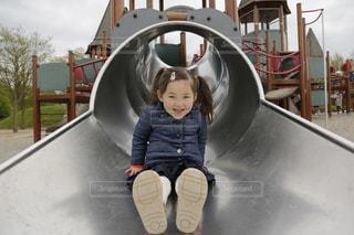 滑り台を楽しみ笑顔の女の子の写真・画像素材[1615674]