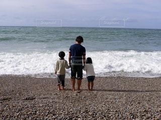 男性,家族,海,屋外,海外,後ろ姿,砂浜,海岸,子供,女の子,人物,背中,人,後姿,旅行,フランス,休日,男の子,ノルマンディー