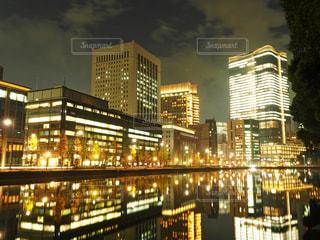 夜のライトアップされた街の写真・画像素材[1681256]