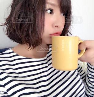 コーヒー カップから飲む女性の写真・画像素材[1490942]