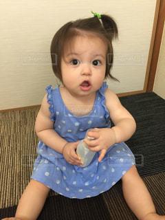 青い椅子の赤ん坊の写真・画像素材[2271422]