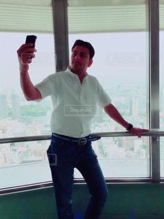 男性,自撮り,東京タワー,屋内,景色,スマホ,観光,セルフィー,展望台,大人,セルフショット