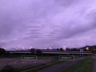 空,秋,橋,屋外,雲,紫,夕方,景色,街灯,土手,曇天