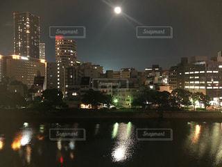 バック グラウンドで市と水の体の上の橋の写真・画像素材[1488040]