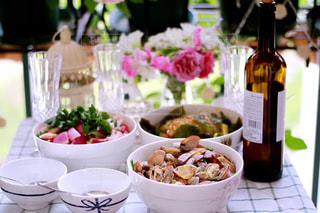 ワインと食品のボウルのボトルの写真・画像素材[1508401]