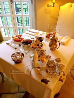 テーブルの上に食べ物の写真・画像素材[1508414]