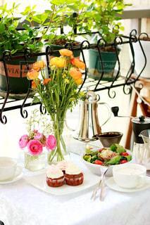 テーブルの上の花の花瓶の写真・画像素材[1508440]
