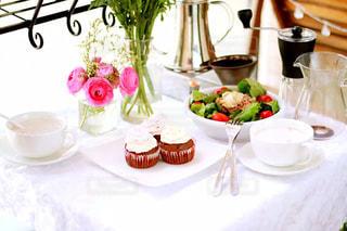 テーブルの上の花の花瓶の写真・画像素材[1508443]