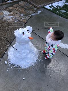 近くの雪の中で動物のぬいぐるみの写真・画像素材[1756954]