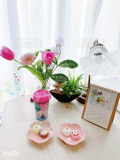 テーブルの上に花の花瓶の写真・画像素材[3327956]
