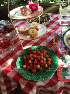 テーブルな皿の上に食べ物のプレートをトッピングの写真・画像素材[1537596]
