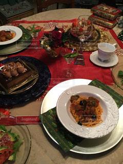 テーブルの上に食べ物のプレートの写真・画像素材[1537643]