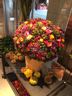 テーブルの上に座って花の花瓶の写真・画像素材[1537656]