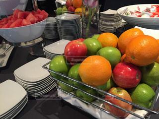 テーブルの上のオレンジのボウルの写真・画像素材[1537810]
